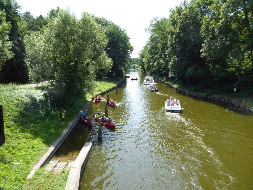Vier Kanus Kanalfahrt nahe Neuruppin