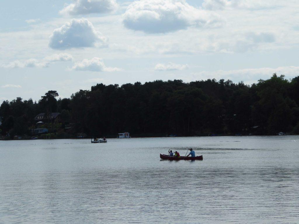Idyllische Landschaft und Kanu im Hintergrund