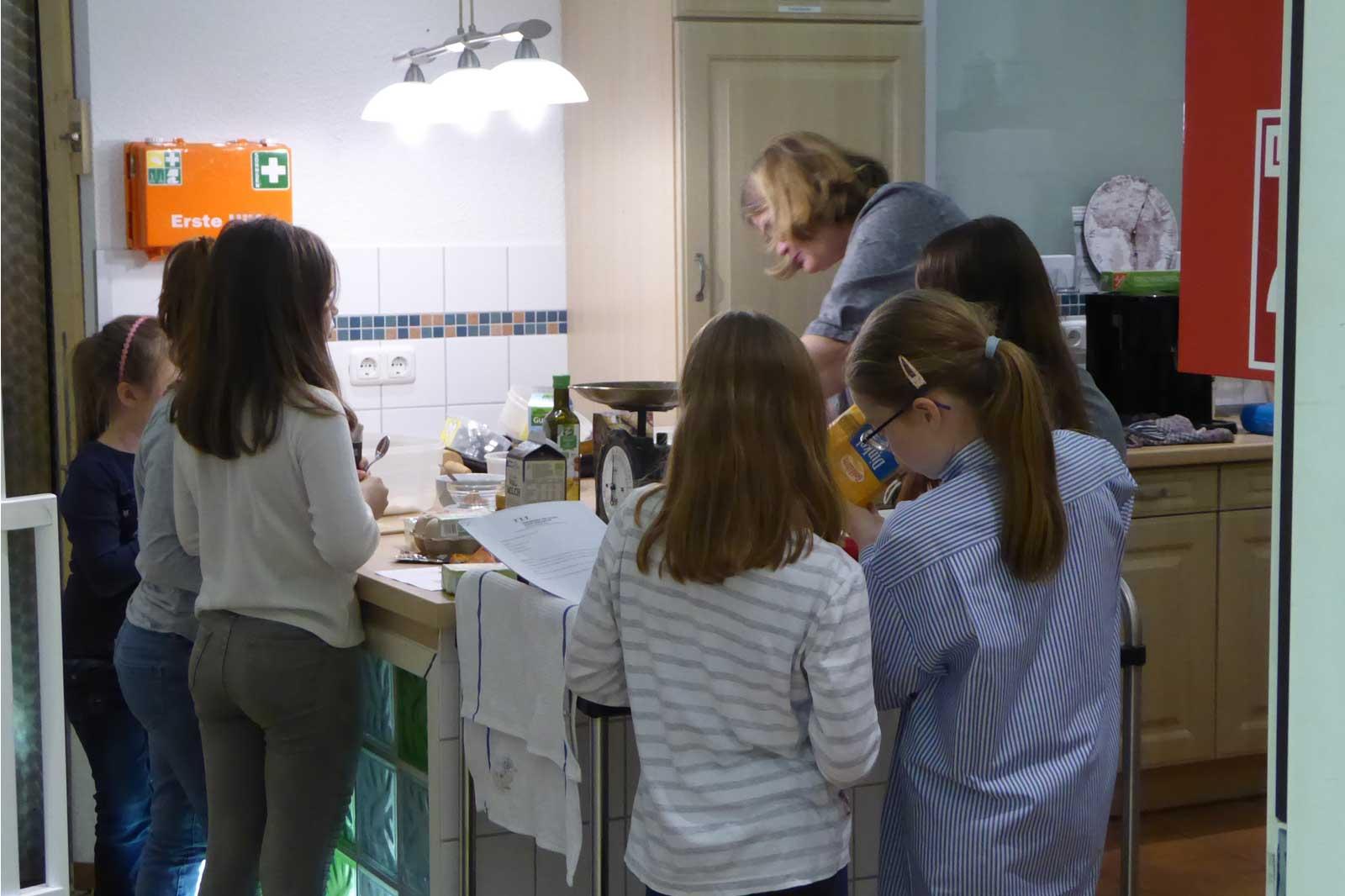 Kinder bereiten den Teig vor bei der Weihnachtsbäckerei